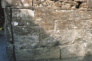 3. A joggled joint, as it would have been originally, in the inner face of the west wall, north of the doorway (C. Manning). | Courtesy of Con Manning & Wordwell Publishing