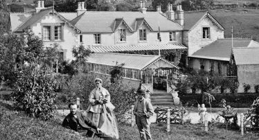Tourists pose in Hotel Garden | Courtesy of the National Library of Ireland