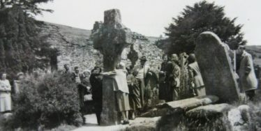 Large Group of Daytrippers in Glendalough c.1940s | Courtesy of P. Reid